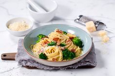 Spaghetti Carbonara med brokkoli - Oppskrift fra TINE Kjøkken Spagetti Carbonara, Bacon, Spaghetti, Dinner Recipes, Ethnic Recipes, Food, Meals, Yemek, Pork Belly