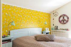 Keltainen lintutapetti vaihtuu pian siniharmaaseen maaliin. Tapetti on Pip Studion. Yöpöydät ovat Villagen, pöytälamput House Doctorin. Rauhanmerkit on tehty itse.