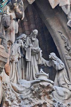 """圣家宗座圣殿(加泰罗尼亚语:Basílica Expiatòria de la Sagrada Família;西班牙语:Basílica y Templo Expiatorio de la Sagrada Familia;直译为""""圣家赎罪殿暨宗座圣殿"""")是西班牙巴塞罗那一座天主教教堂,一般简称为圣家大教堂或圣家堂(Sagrada Família)。该教堂由安东尼·高迪设计,其高耸与独特的建筑设计,使得该教堂成为巴塞罗那最为人所知的观光景点。 这是位于东侧的""""诞生立面""""(Nativity faç Private Arrival Transfer ! Excursions specialist in Barcelona Excursions specialist in Barcelona, Costa Brava & Catalunya. Vacation"""