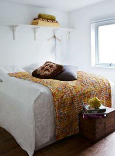 Hvitt soverom med bohemske innslag i gult. More
