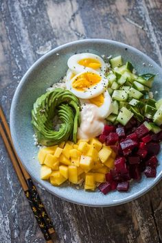 Poké bowl with cauliflower rice Clean Eating Recipes, Easy Healthy Recipes, Healthy Snacks, Vegetarian Recipes, Healthy Eating, Sports Food, Vegetable Bowl, Exotic Food, Food Bowl