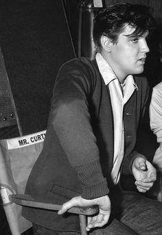 King Creole = Elvis Presley - 1958 Michael Curtiz chair , the director of set. Elvis Presley Family, Elvis Presley Photos, Elvis Presley Posters, Rock And Roll, Elvis Today, Memphis Mafia, Elvis Quotes, King Creole, Danny