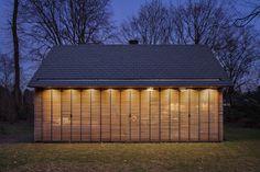 Une chouette mini-maison, toute lumineuse et présentée dans sa robe d'automne! Parfait à présenter une journée comme aujourd'hui. Il s'agit d'une conception architecturale de Zecc Architectenet de Roel van Norel pour le design d'intérieur.Principalement conçue en chêne et cèdre et d'autres