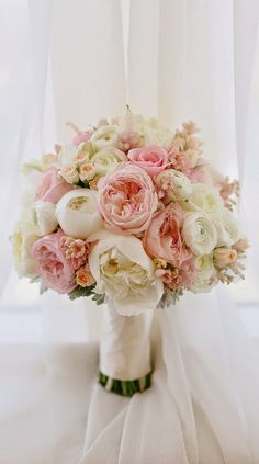 obsessed with this bouquet!  12 Stunning Wedding Bouquets - 33rd Edition | bellethemagazine.com