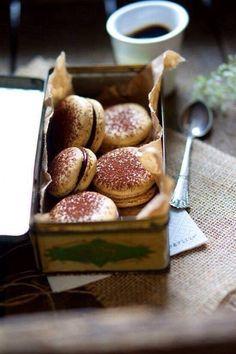 Macarons med kaffe & mørk chokolade – The Food Club Macarons, Coffee Macaroons, Just Desserts, Delicious Desserts, Yummy Food, Café Chocolate, Chocolate Cookies, Food Club, Eat Dessert First