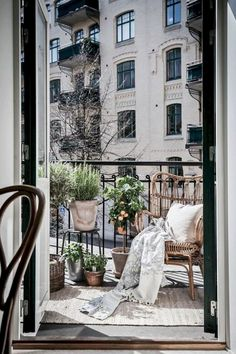 84+ Tiny Apartment Balcony Decorating Ideas #apartment #balconydecor #apartmentdecoratingideas