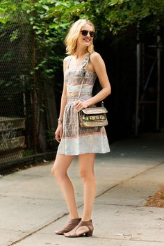 27 Street-Style Shots Of Summertime Radness We think Taylor Bagley's throw-on-and-go patterned dress is in a shape and style that's a must-have for most women this season. Taylor Bagley, Nyc Fashion, Fashion Outfits, Tribal Dress, Street Style Summer, Summer Looks, Well Dressed, Spring Summer Fashion, Summer Chic