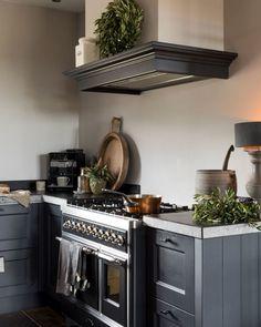 Dark Kitchen Cabinets, Shaker Kitchen, Kitchen Dining, Kitchen Decor, Nordic Interior, Kitchen Interior, Black Kitchens, Cool Kitchens, French Cottage Style
