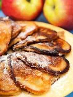 Pancakes with apples (Vegan) - Le frittelle di origine americana più famose (i pancakes) si realizzano anche in versione vegan. Provate questi Pancakes alle mele: sentirete che gusto!