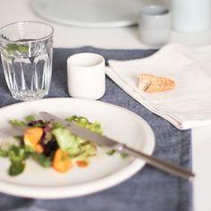 Assiette en grès couleur craie, verre Provence Duralex et serviette en lin disponibles sur Landmade