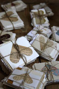 simpele kaarten handgeschept gescheurd papier, oude boekpagina hart