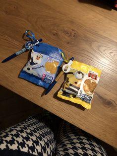 verjaardag traktatie juf Bente Snack Recipes, Snacks, Pop Tarts, Packaging, Food, Snack Mix Recipes, Appetizer Recipes, Wrapping, Meals