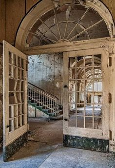 House old abandoned architecture Ideas Abandoned Property, Abandoned Castles, Abandoned Mansions, Abandoned Places, Beautiful Architecture, Beautiful Buildings, Beautiful Places, Old Buildings, Abandoned Buildings