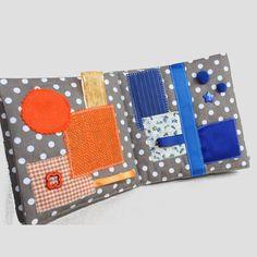 Livre Eveil et sensoriel pour enfants curieux. Inspiration Montessori Ce livre déveil multicolore est le jeu premier âge ludique incontournable. Il comporte 6 pages avec une couleur primaire chacune et dans une harmonie de différentes matières : - lisses (soie, crêpe) - rugueuses (toile de coton, toile de jute) - douces (coton, feutrine, cachemire) Le tout agrémenté de cordons, rubans, pompons, boutons (étoile, tortue, cœur) ... Il sera très bien pour découvrir les textures et les couleur...