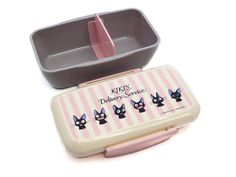 Leap back into the delightful world of Kiki's Delivery Service with this adorable series featuring Kiki's beloved cat, Jiji! Product Description Enjoy the many faces of Jiji on the pastel Jiji Stripes Slim Bento Box. This bento has a unique contoured shape that readily slides into a packed bag and is perfect for holdin Bento And Co, Bento Box, Veggie Cups, Food Cutter, Gothic Anime, Totoro, Studio Ghibli, Delivery, Pastel