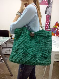 Μεγάλη, πρακτική, υπέροχη τσάντα πλεγμένη με βελονάκι της Λ.Τα δερμάτινα λουριά και το κουμπί της δίνουν μοναδικό στυλ.Πλέξιμο με Βελονάκι Α΄Κύκλος