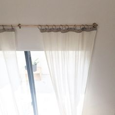 スタッフの家で実際に使っている真鍮のカーテンレール。少し高めの位置につけると海外のお家っぽくて可愛いですよ。 かっこいいアイアンのレールもあります。  詳細はANTRY parts&supplyのウェブページをご覧ください。 http://ift.tt/1DhSq8P