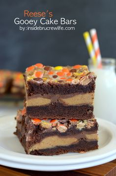 Reese's Gooey Cake Bars from www. - Reese's candies turn these cake bars into a peanut butter lover's dream dessert Fudge, Peanut Butter Desserts, Reeses Peanut Butter, Cake Bars, Bon Dessert, Dessert Bars, Baking Recipes, Cookie Recipes, Dessert Recipes