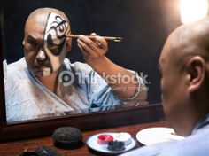 Foto de stock : Man applying makeup for Chinese Opera