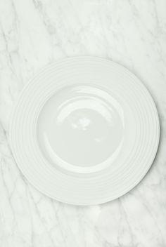 Conjunto de Vajilla en porcelana blanca con relieve para seis comensales  formado por  6 unidades 16a8c391b0ea
