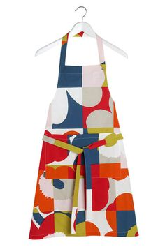 The apron made of heavyweight cotton in the Ruutu-Unikko print has a front pocket, three neckband snap settings, and waist straps. Scandinavian Living, Scandinavian Design, Marimekko Fabric, Buy Rugs, Nordic Design, Bold Prints, Rugs Online, Fine Dining, Textile Design