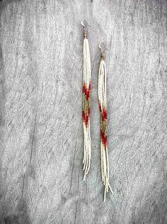 Plumeaux ♡ perlée longue épaule Super pendantes 9.5 de pépites géométriques en laiton. Ces boucles doreilles de frange de perles rocaille disposent de riches couleurs automnales dor, la flamme orange, Ivoire et rouge foncé et perles à facettes en laiton indien surround. Ces beautés ont mouvement magnifique, sont légères malgré leur longueur et lair magnifiques contre les cheveux longs.  Ces boucles doreilles déclaration en couleurs dautomne sont certes accrocheurs. Si vous êtes comme moi et…