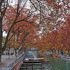 Annecy and its Lake  Couleurs d'automne sur  Annecy et le canal de vaisse  #annecy #annecylake #france #tott #town #lake #lac #beautiful #veilleville #riviere #france #alpes #autumn #rhonealpes #montagnes #mountains #oldtownannecy #lacdannecy  #river #hautesavoie #boat #tree #relax #water #canal #canalboat