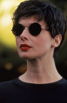 Find bio, credits and filmography information for Isabella Rossellini on AllMovie - Isabella Rossellini was one of the twin daughters born to actress Ingrid Bergman and director… Swedish Actresses, Isabella Rossellini, Ingrid Bergman, Italian Actress, Foto Art, Classic Beauty, Ikon, Short Hair Cuts, Movie Stars