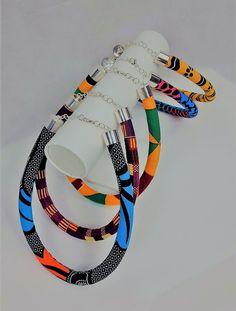 Magnifique collier en wax Africain, original élégant et léger. Soirée, cérémonie, mariage .... ou juste pour sublimer vos tenues. Fermoir à l'arriere. Existe en 5 colories