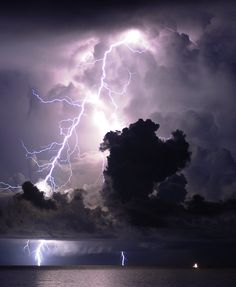 #Lightning http://www.flickr.com/photos/icecubephoto/6071580112/sizes/l/in/gallery-urizar-72157627270128573/