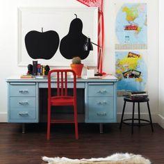 Såhär kan Teos rum se ut! Med världskartor och ett fint skrivbord!