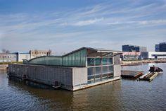 Undercurrent is een opvallend gebouw, drijvend op het IJ, met een indrukwekkend uitzicht op het centrum van Amsterdam.