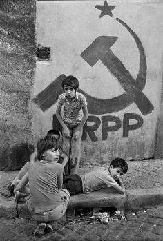 """Alfredo Cunha, 1975: travessa da Queimada, Bairro Alto, Lisboa. Fonte: """"Público""""."""