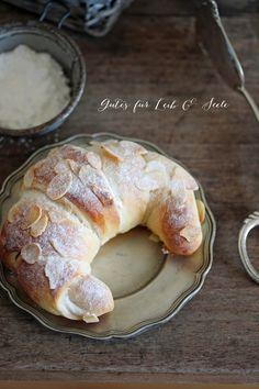 Good for body and soul: almond Gutes für Leib & Seele: Mandelhörnchen Good for body and soul: almond croissants - Croissants, Summer Desserts, No Bake Desserts, Dessert Recipes, Fudge Caramel, Baking Recipes, Cookie Recipes, Almond Croissant, Breakfast Desayunos