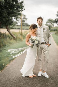 fianceebodas (@FianceeBodas) / Twitter Beige Wedding, Wedding Groom, Wedding Men, Wedding Suits, Casual Wedding Attire, Groom Wear, Groom Outfit, Groom Attire, Mens Attire