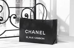 """Com estilo e elegância, Gabrielle """"Coco"""" Chanel revolucionou a década de 20, libertando a mulher dos trajes desconfortáveis e rígidos do final do século 19. Um verdadeiro mito, Chanel reproduziu sua própria imagem, a mulher do século 20, independente, bem-sucedida, com personalidade e estilo.  Símbolo de status  A bolsa com alças de corrente dourada, o colar de pérolas, o tailleur e o vestido preto são os símbolos de elegância e status que marcaram para sempre a história da moda."""