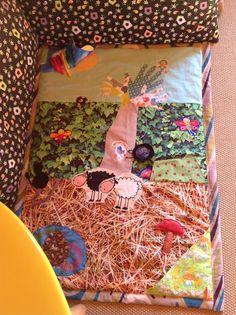 Cela fait un moment que j'avais envie de me refaire un tapis de bébé pour mes ateliers bébés-signes … Dans un petit coin douillet quand il arrive que bébé soit accompagné d'un gra…