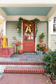 A well-loved bench, a simple striped doormat, and a pair of bright-orange muck boots keep this warm winter entry scene down-to-earth.