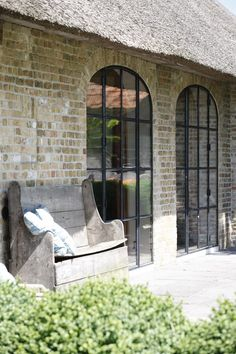 banking exterior Moderne Fenster zu Na - banking Exterior Design, Interior And Exterior, Steel Doors And Windows, Arch Windows, Belgian Style, French Farmhouse, Architecture Details, Gothic Architecture, Ancient Architecture