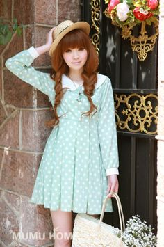 Cute, sweet gyaru: Brown straw hat. Mint, pleated dress with white dots and collar. White bag.