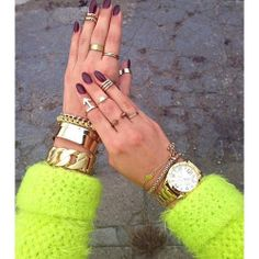 Gold jewelry, dark nails and neon clothing - favourite! Gold Jewellery Design, Gold Jewelry, Jewelery, Jewelry Accessories, Fashion Accessories, Jewelry Shop, Fashion Jewelry, Diamond Are A Girls Best Friend, Look Fashion