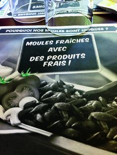 """Chez Leon - Ne trovi molti in centro a Parigi. Locale di origine belga, la sua specialità sono le cozze, freschissime e cucinate in svariati modi. Il menù fisso propone porzioni meno abbondanti rispetto a quello à la carte, ma ha due o tre portate veramente convenienti. A mezzogiorno nei giorni feriali c'è spesso la """"formule midi"""", decisamente low cost. http://www.restaurantchezleon.com"""