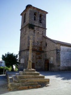 Nuestra Señora de la Asunción y el Crucero de Piedra de Villar de Plasencia.