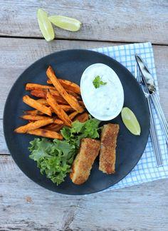 Hjemmelaget fiskepinner Du trenger, 2 porsjoner 300-400 g torsk, eller anna kvit fisk 1 egg 2 ss mandelmel eller malte nøtter 1 ss sesamfrø 2 ss finrevet parmesan salt og pepper smør/olje til steiking