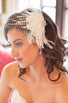 Velo Francés con Plumas -- Fotografía: Powder Blue Bijoux Flapper Hair, Bridal Headdress, Wedding Abroad, Bride Hair Accessories, Tea Length Dresses, 20s Fashion, Wedding Hair Pieces, Bride Hairstyles, Wedding Veils