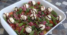 Klassisk tomatsalat med rødløg og mozzarella, hører sig til ved sommermiddagen, der serveres på terassen under åben himmel en skøn sommeraften, og hvis tomatsalaten tilmed kan tillaves med hjemmeaflede frilandstomater, er her tale om en absolut himmelsk sommersalat, græsk eller italiensk inspireret, om man vil. Lchf, Mozzarella, Sprouts, A Food, Potato Salad, Potatoes, Meat, Chicken, Vegetables