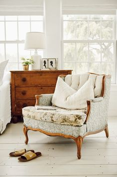 Love this chair! A New Cozy Vintage Chair Furniture, Room, Cozy Bedroom, Interior, Home, Cozy House, Trending Decor, Vintage Chairs, Cottage Living Rooms