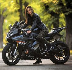 New bmw cars girls biker babes ideas Motorcycle Couple, Scooter Motorcycle, Motorbike Girl, Motorcycle Outfit, Motorcycle News, Ducati, Yamaha R6, Biker Chick, Biker Girl