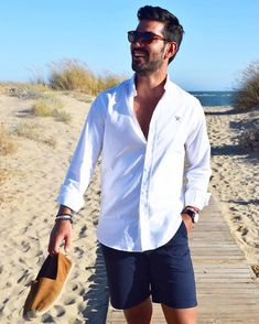 sommer outfit männer trendy am strand moderne männer model weißes hemd und blaue hose leger
