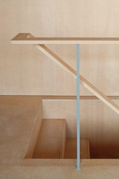 """Arquitetura: detalhe da """"Near House"""", projeto do Mount Fuji Architects Studio. Projeto de uma casa em terreno reduzido em Tóquio."""